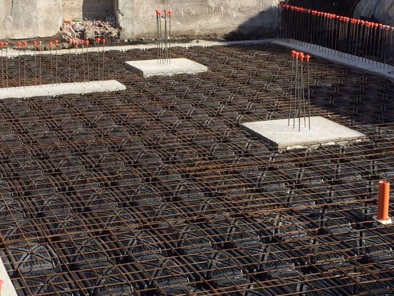 reticolato in ferro su un pavimento in edificio in costruzione