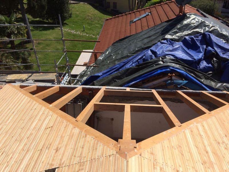 tetto in costruzione vicino a casa finita