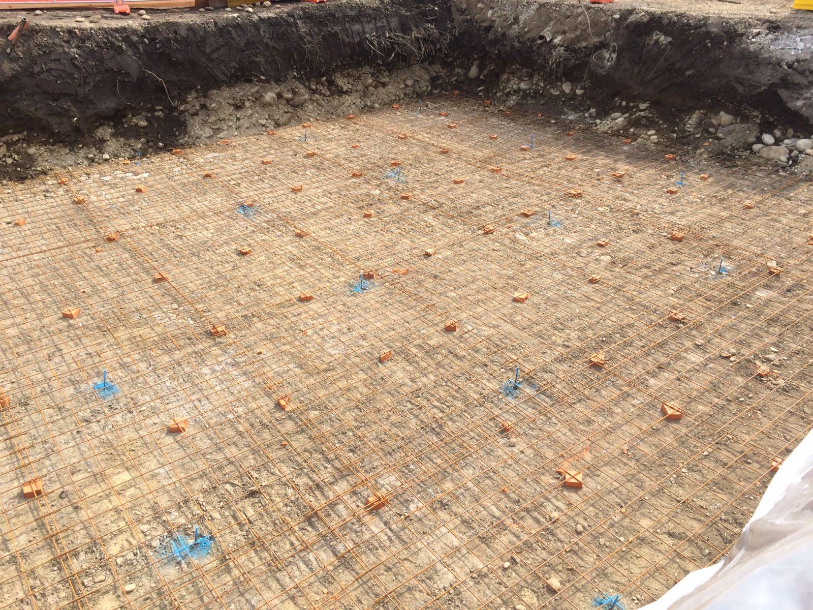 reticolato in ferro sul terreno prima di buttare cemento