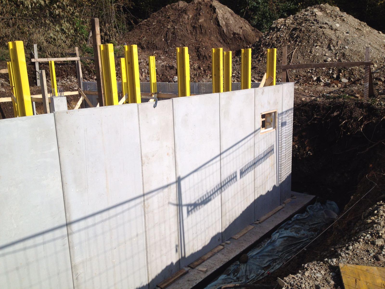casa in costruzione con muri in cemento