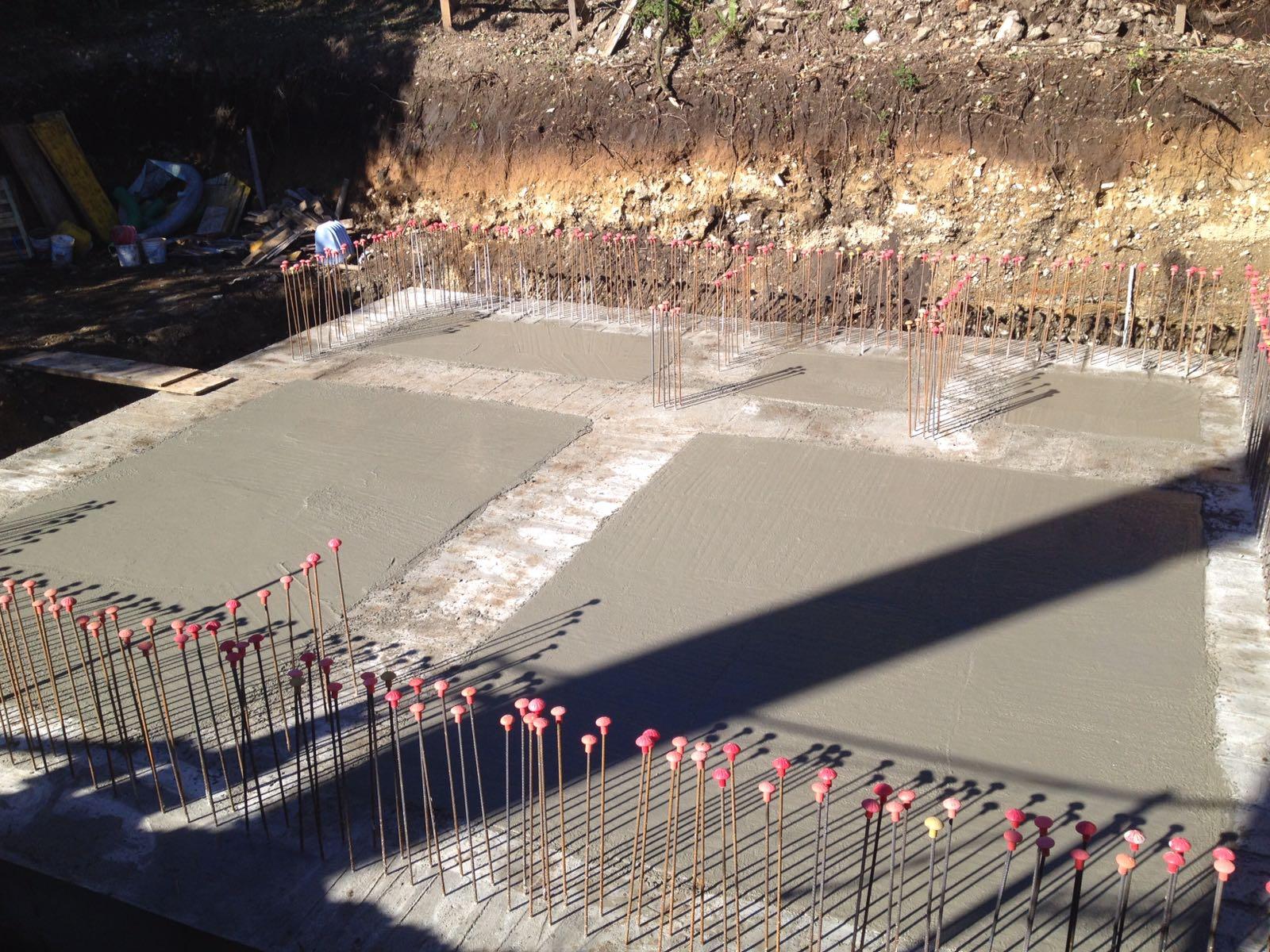 basamento di un edificio con cemento appena steso