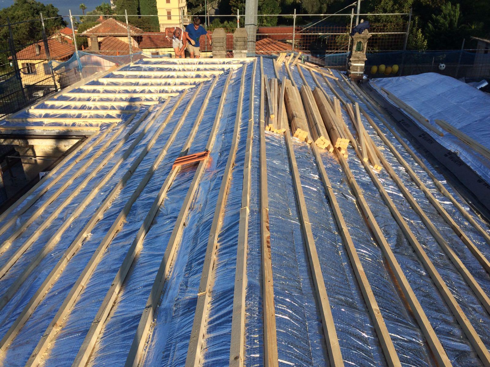 isolamento del tetto con delle travi di legno sopra