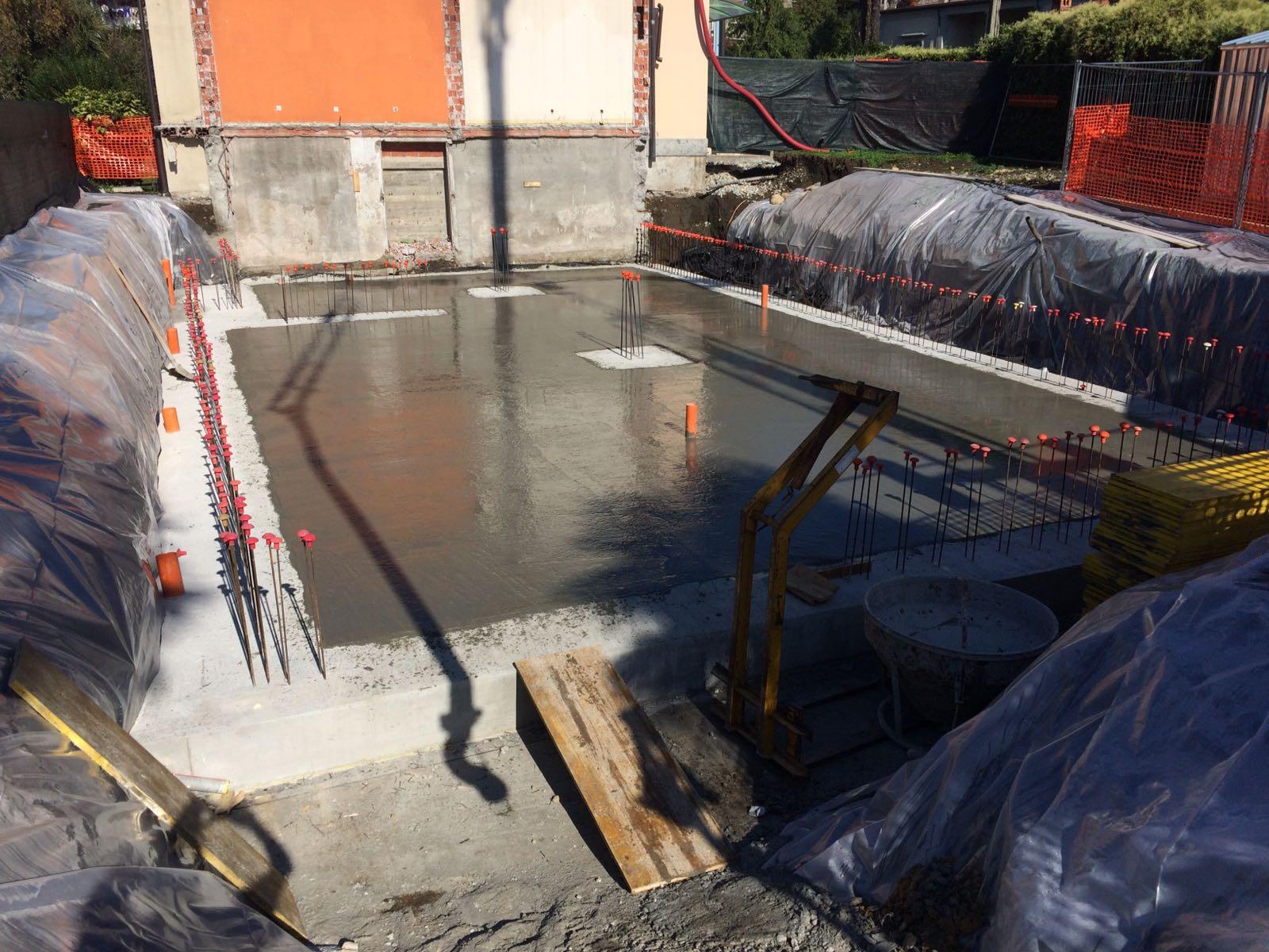 pavimento in cemento appena steso in un cantiere