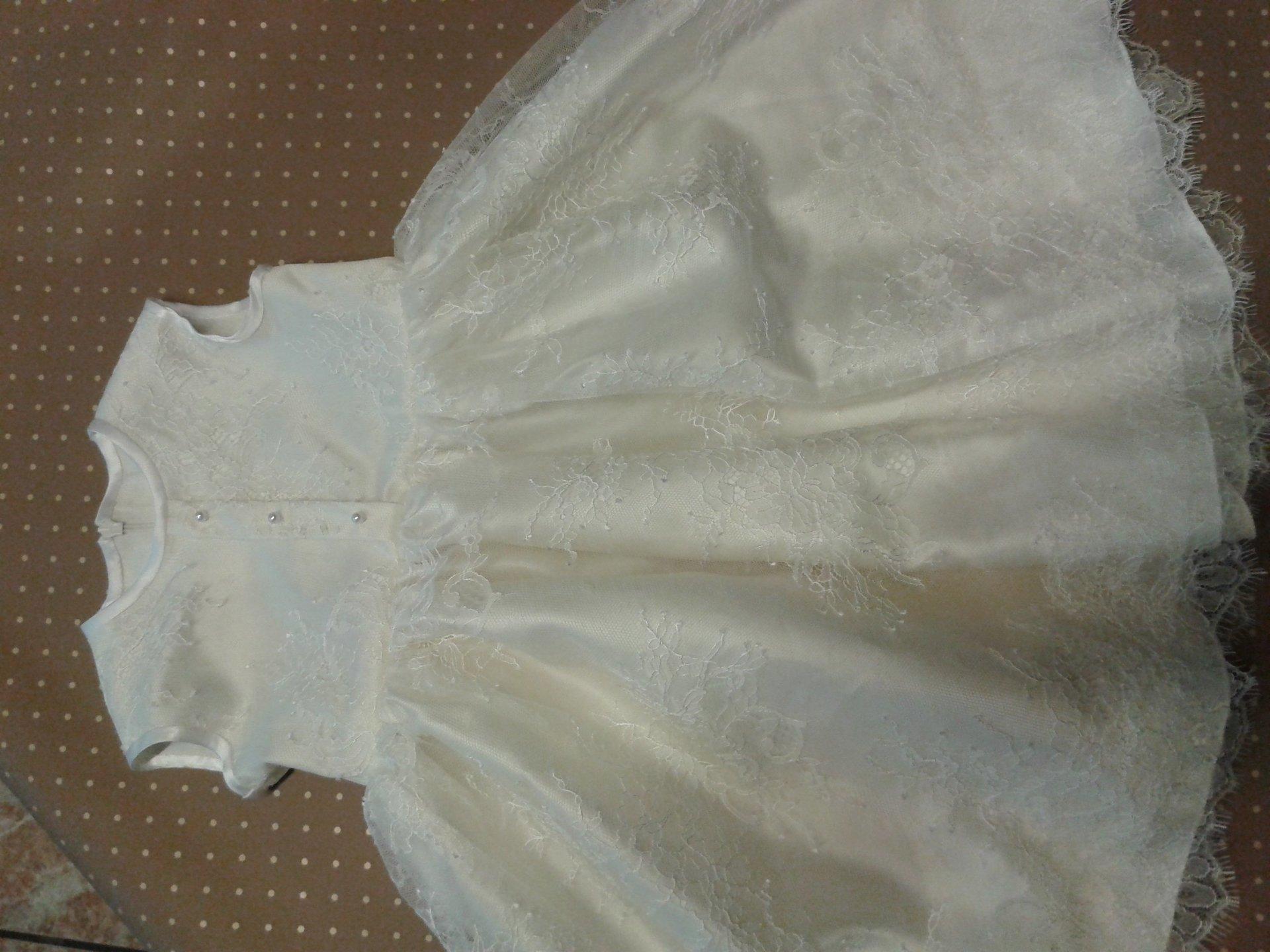 abito bianco da bambina con inserti di pizzo