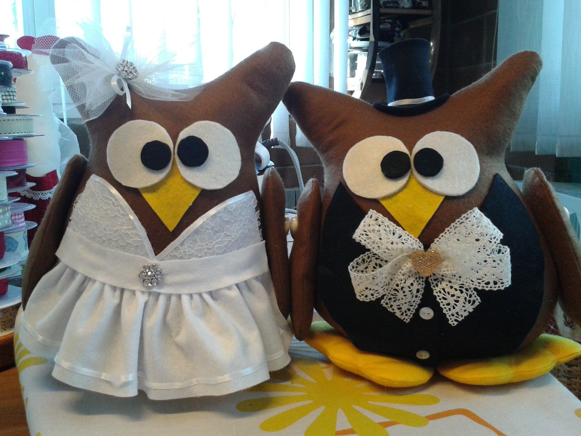 due gufi di stoffa vestiti da sposi