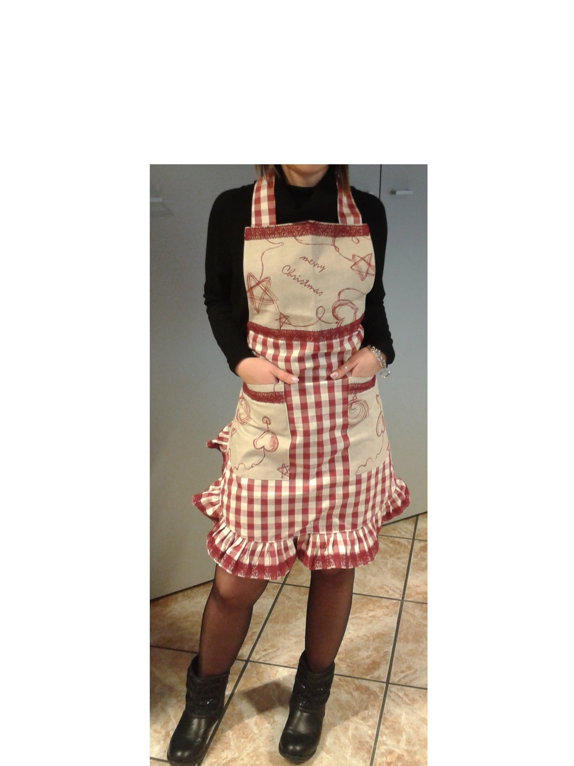 donna con grembiule bianco e quadretti rossi