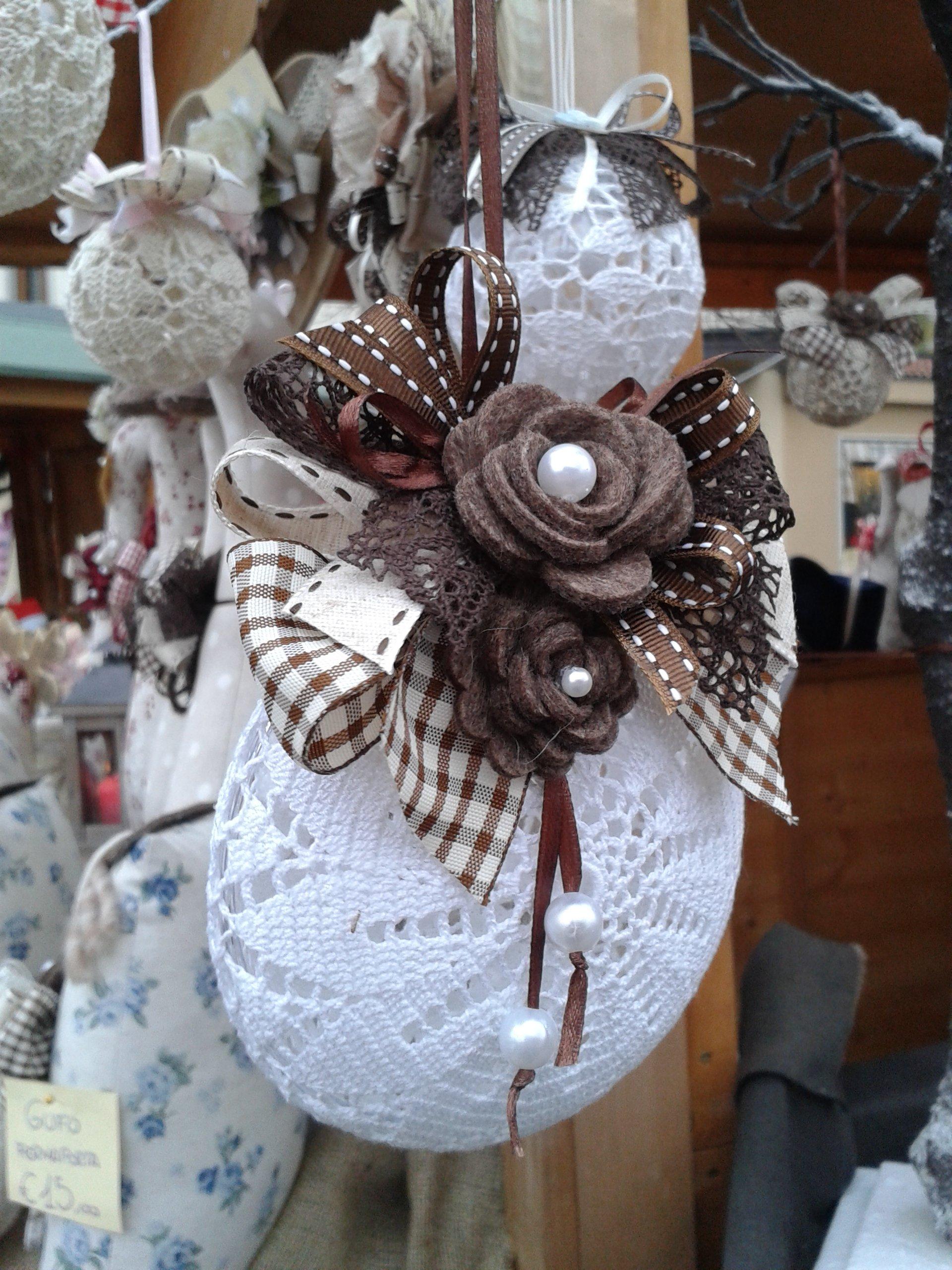 oggetto fatto a maglia bianco con fiocco marrone