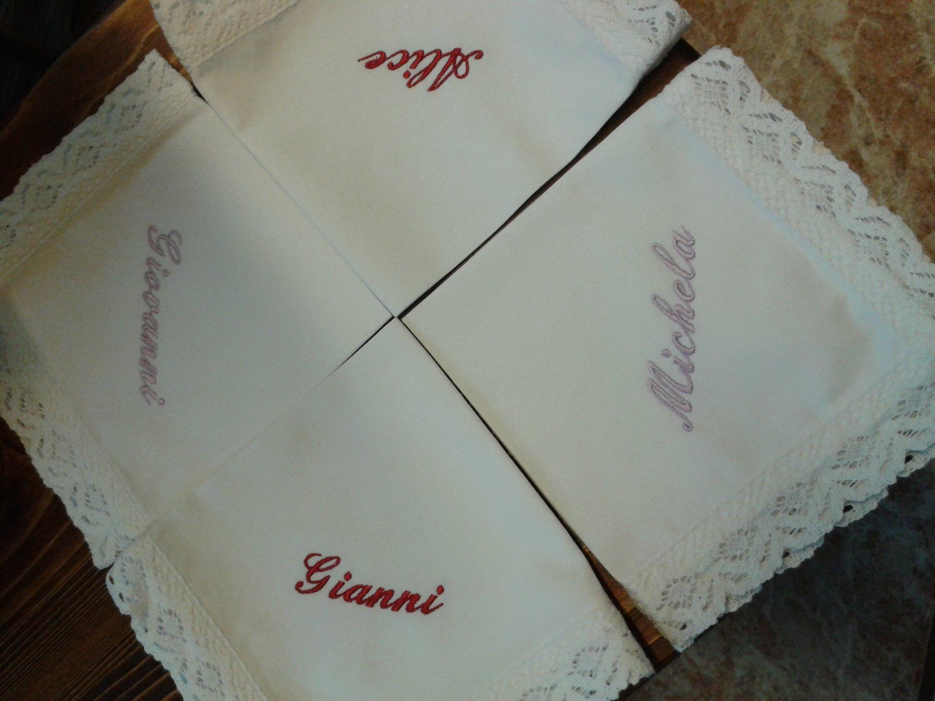 fazzoletti bianchi ricamati in pizzo con nomi