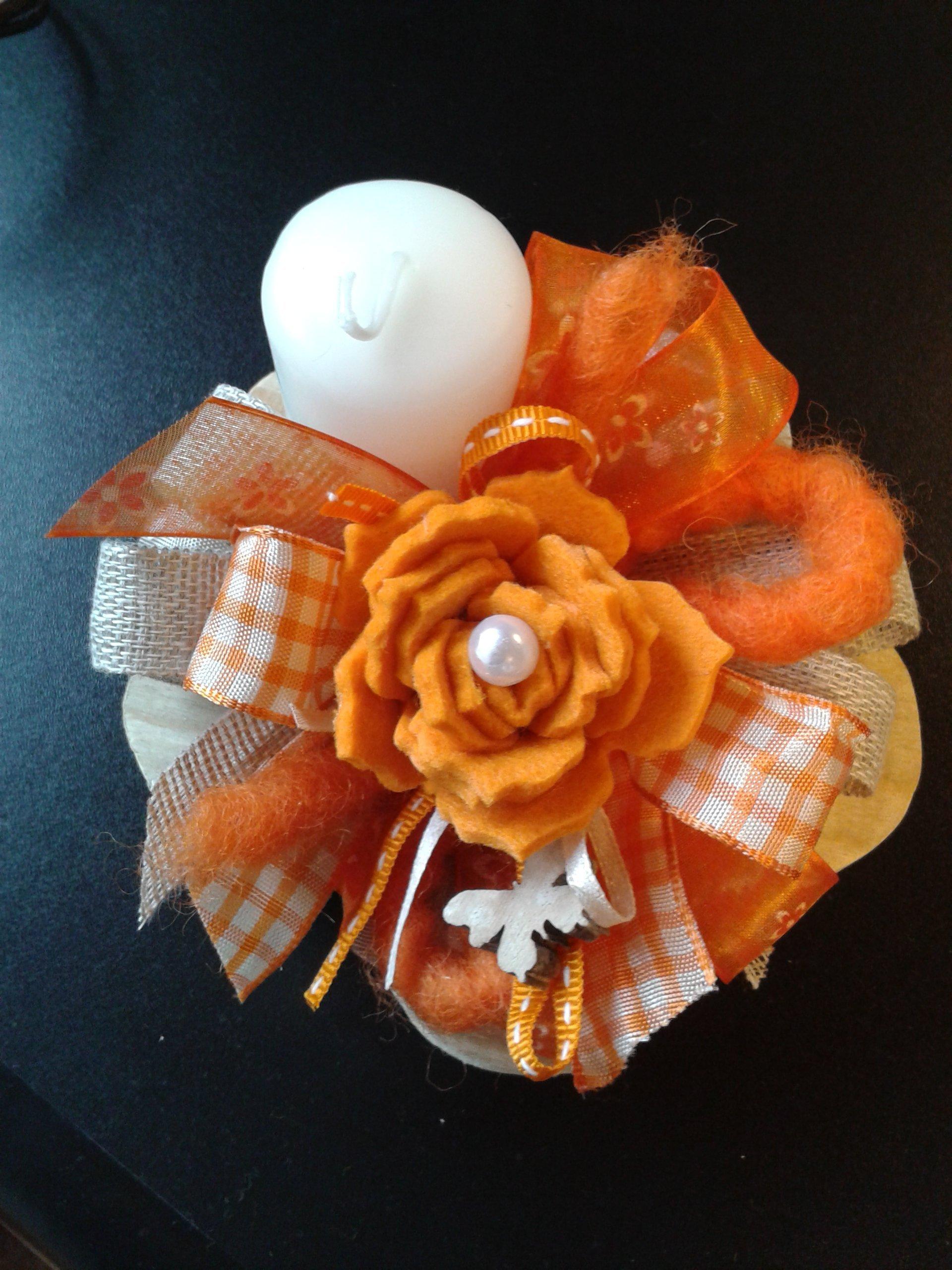 candela incastonata da fiocco arancione  e rosa arancione in stoffa