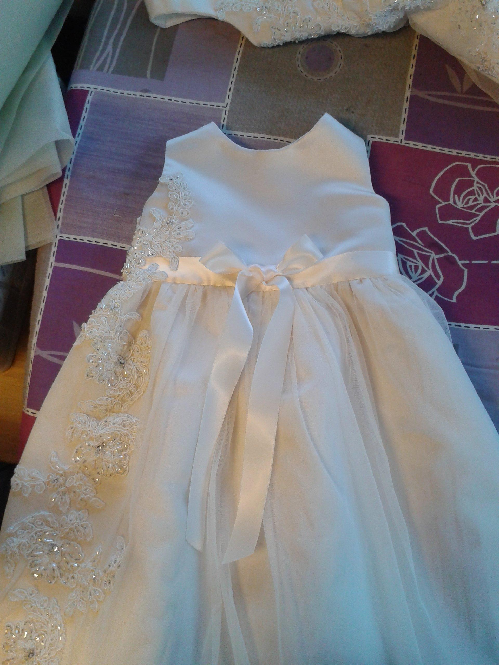 vestito bianco da bambina con inserti laterali di fiori con pailletes