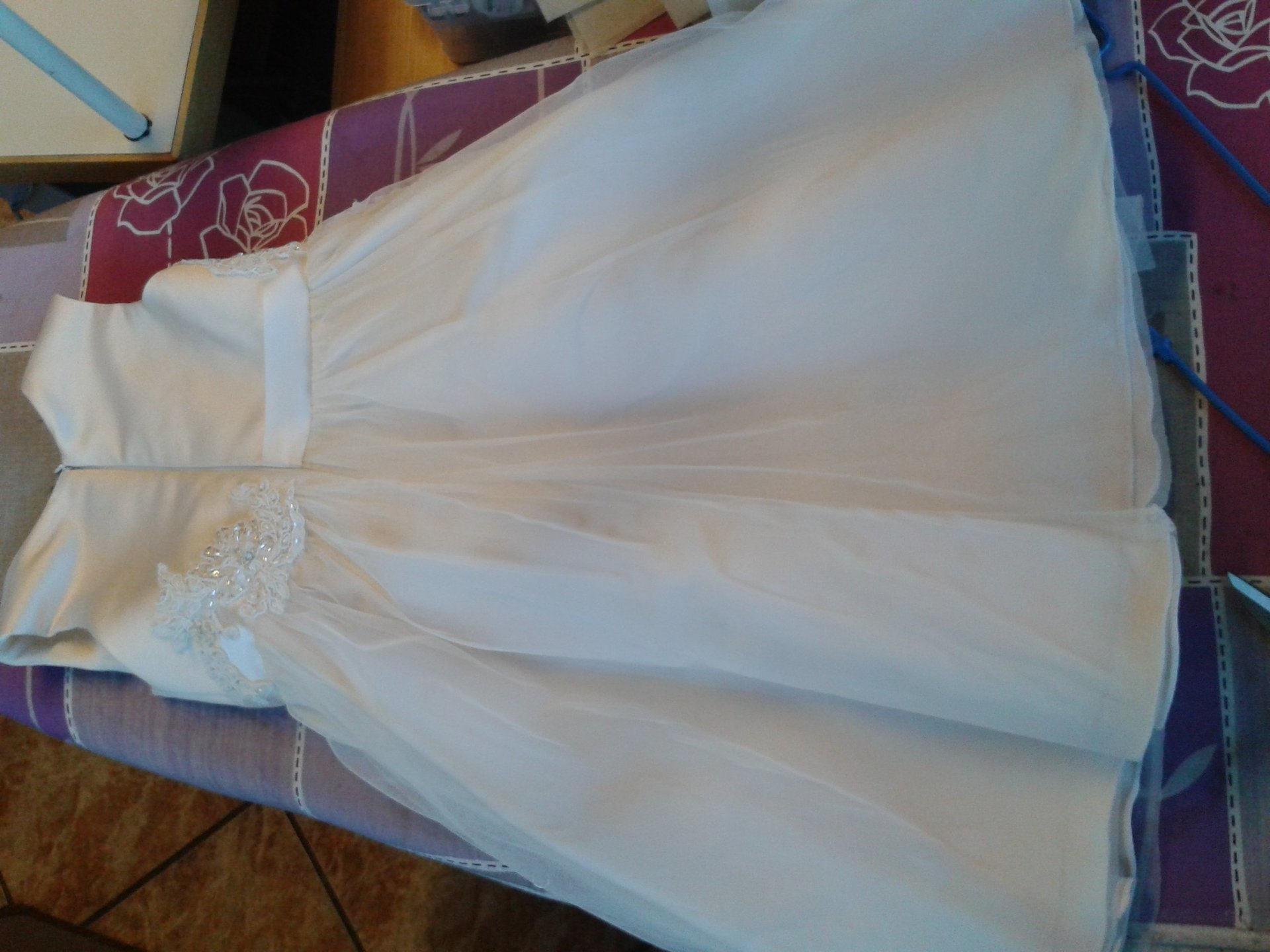 abito bianco da bambina con gonna in tulle e un'applique a fiore