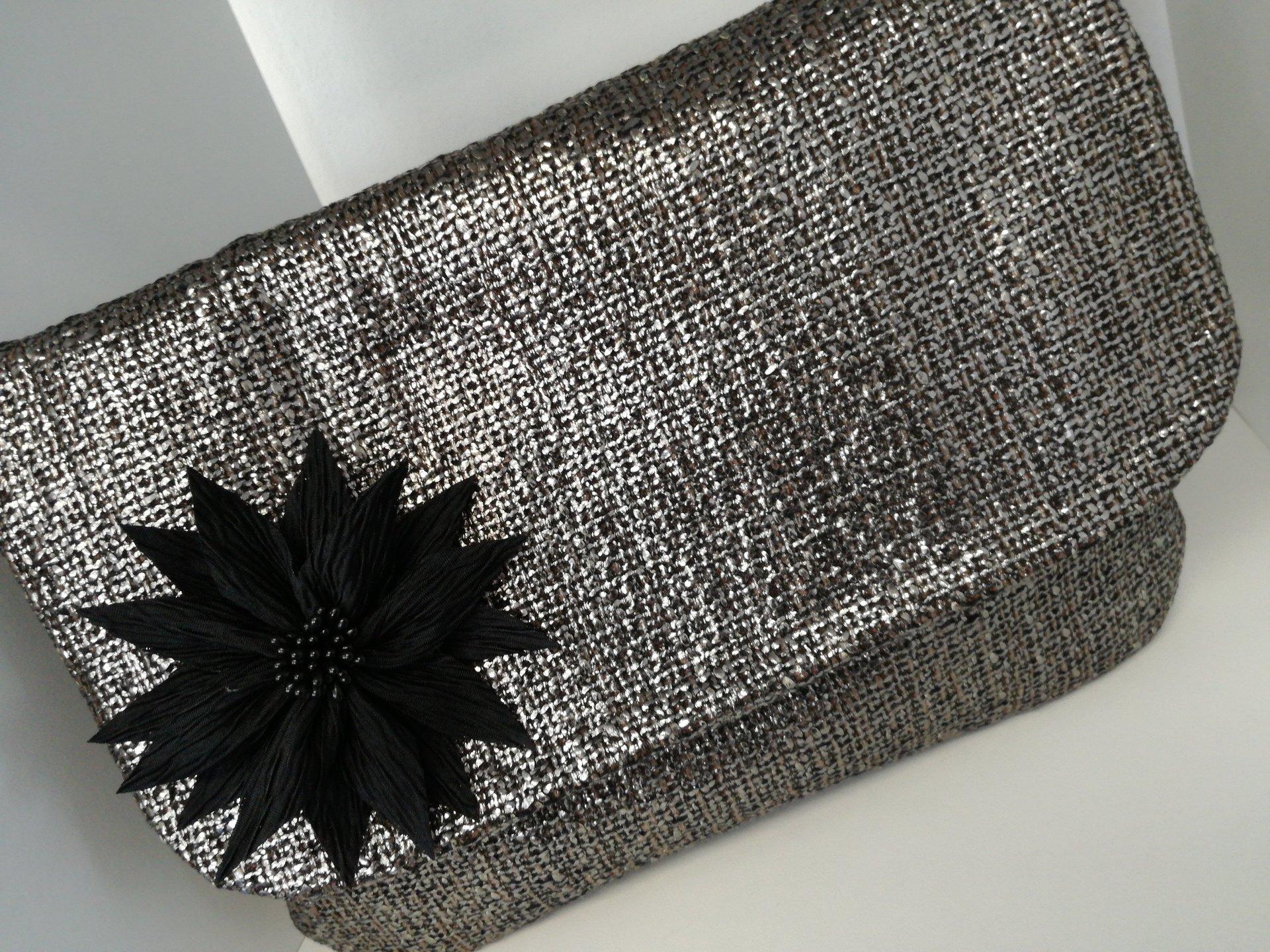 pochette argentata con fiore nero applicato