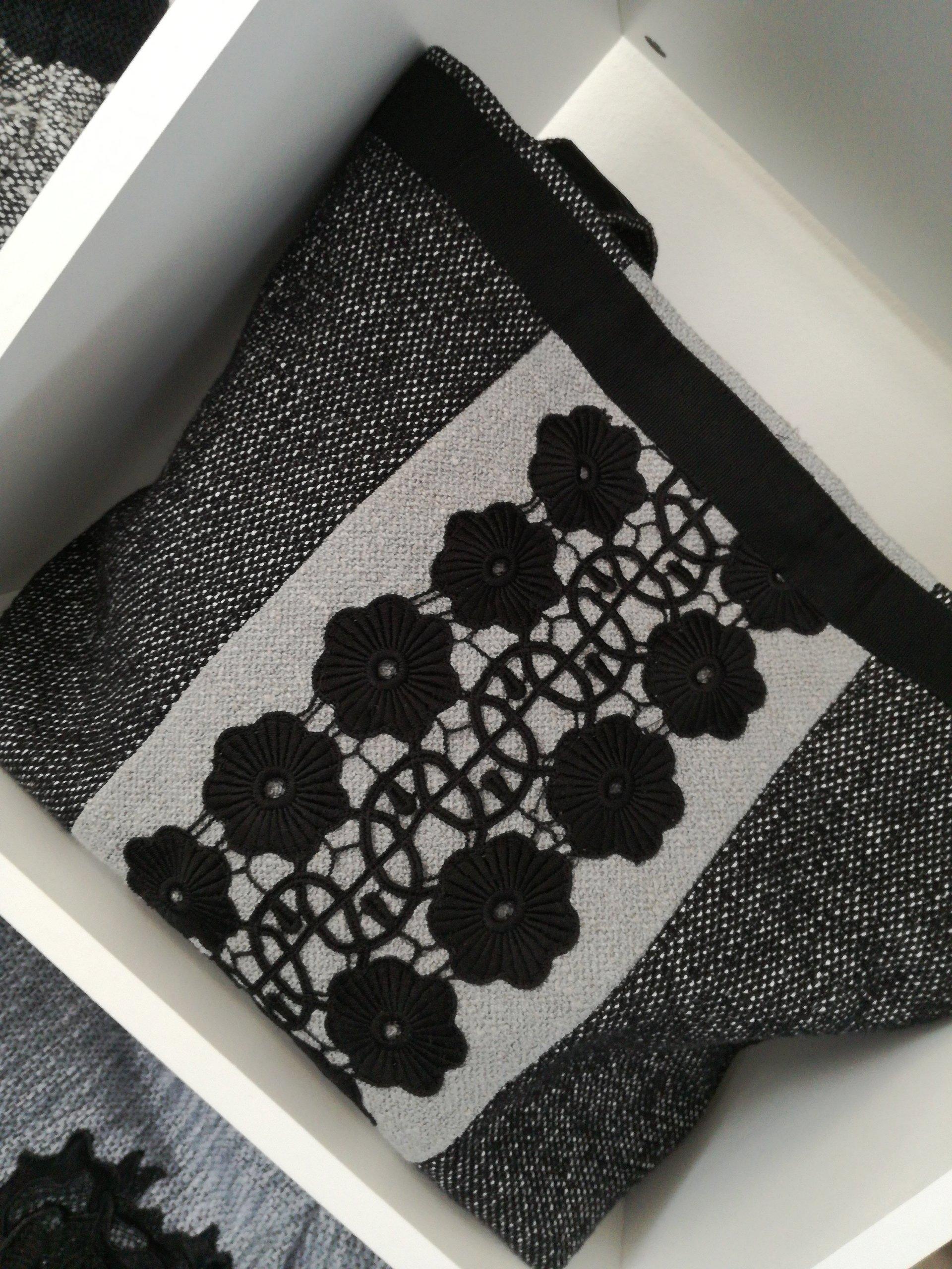 borsa grigia con striscie bianche e ricami neri