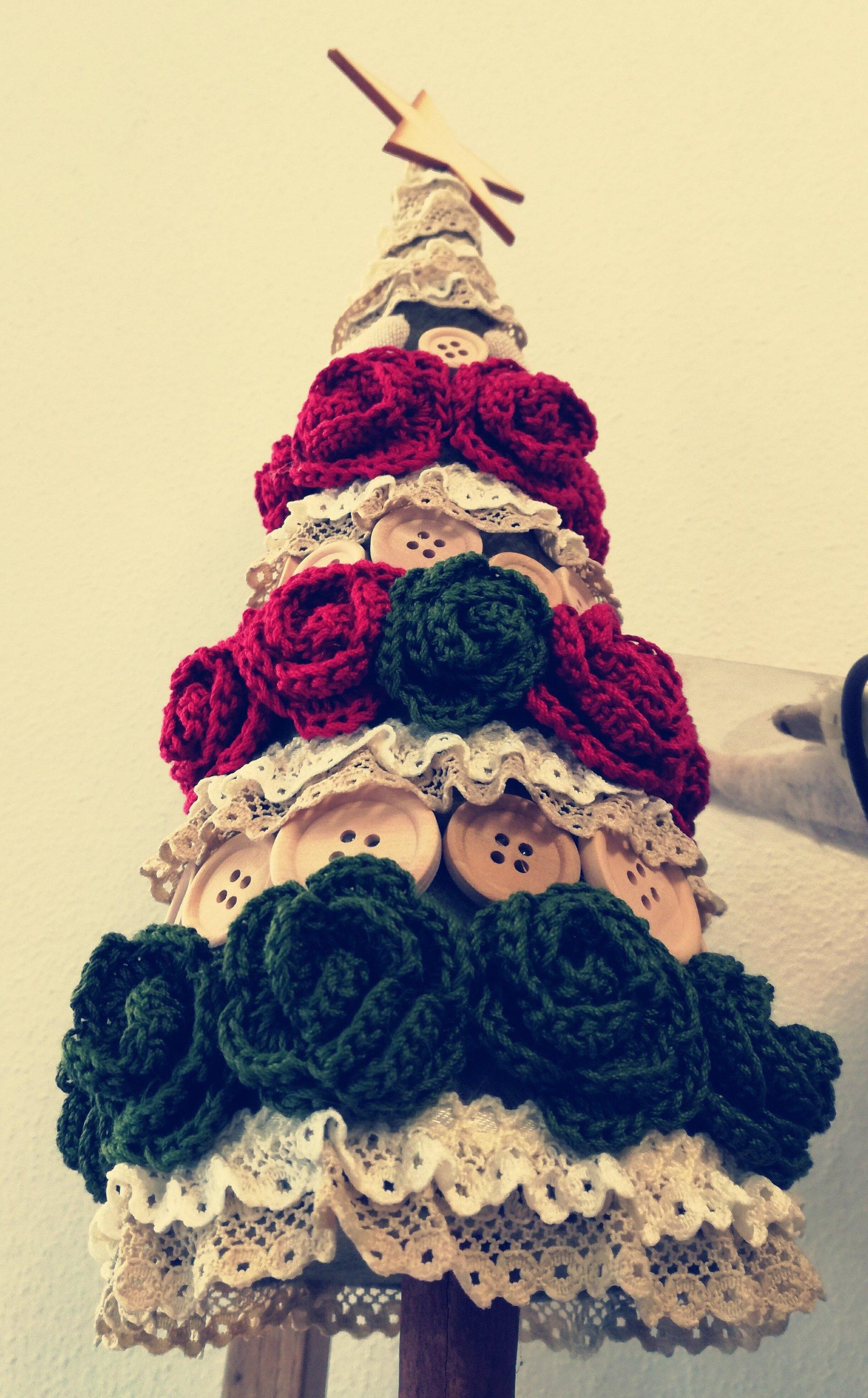 albero di natale a maglia bianco, verde e rosso con bottoni e stella sopra