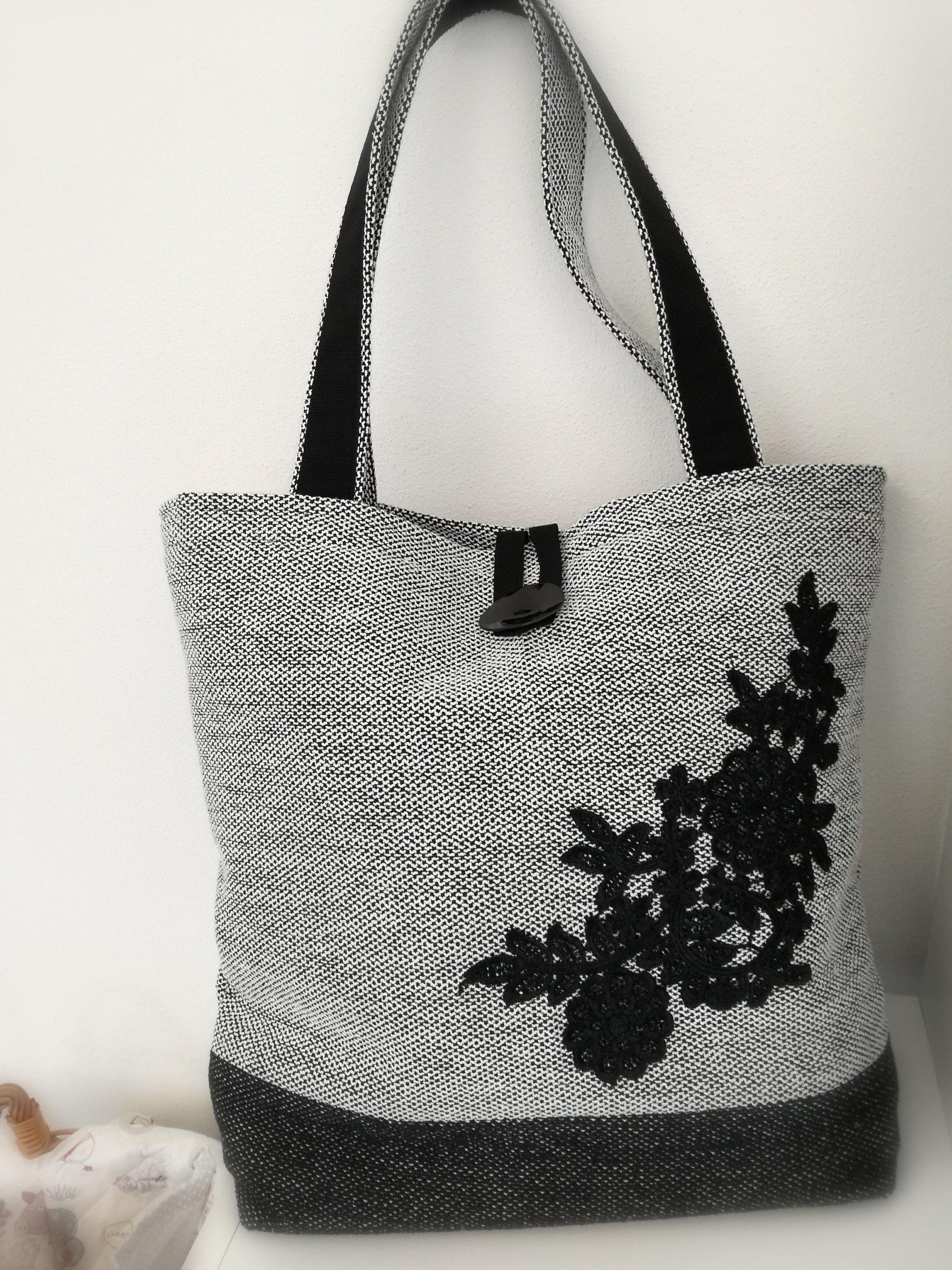 borsa griga con fondo nero e fiori ricamati in nero