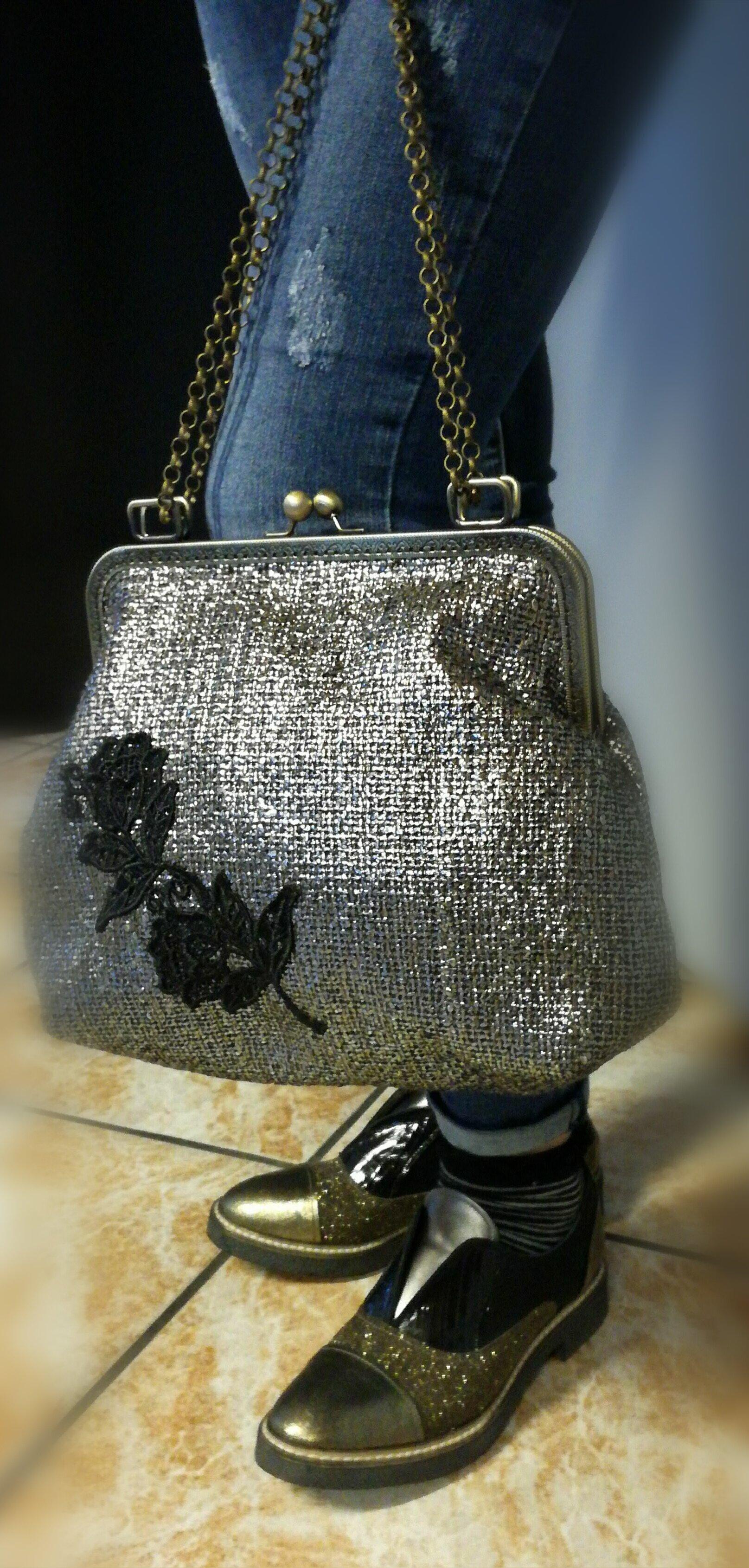 borsa argentata con fiori neri ricamati