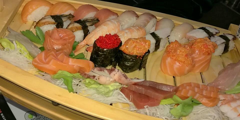 Tagliere  con sushi e sashimi