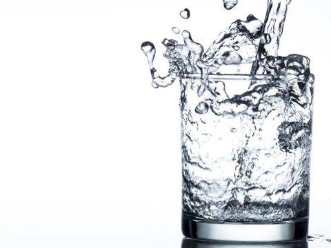 Acqua in vetro e plastica