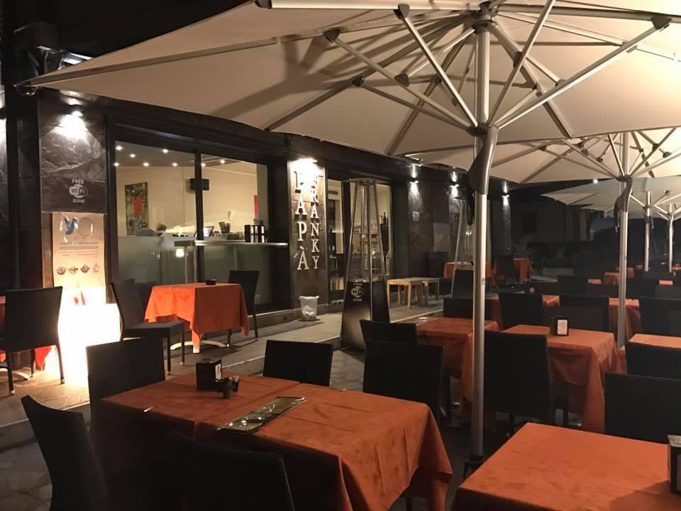 Locale di design moderno, piacevole,la terrazza ,ombrelloni,le luci....