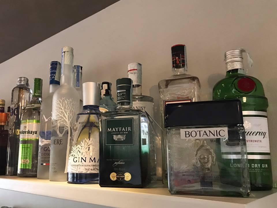 Ripiano con diverse bottiglie di alcolici