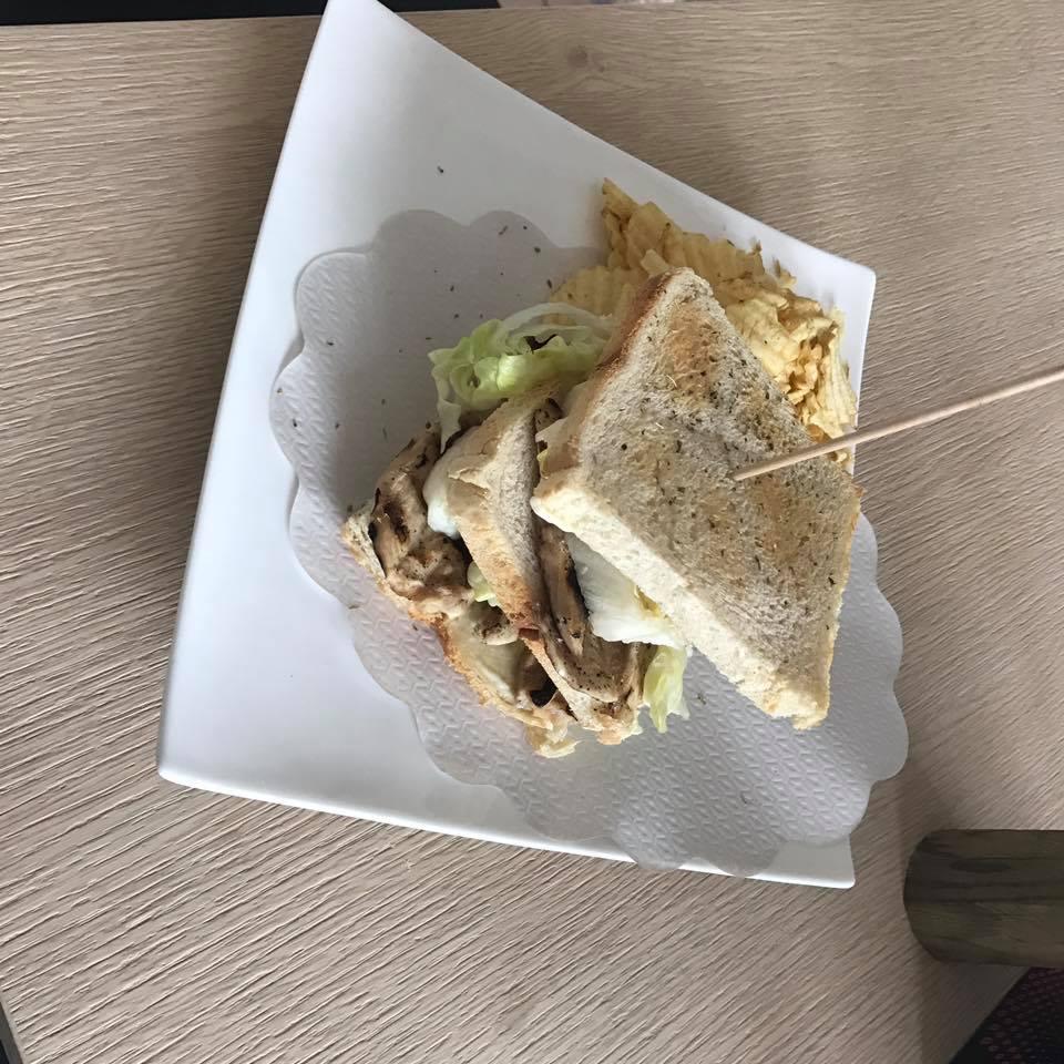 Sandwich di pollo e lattuga