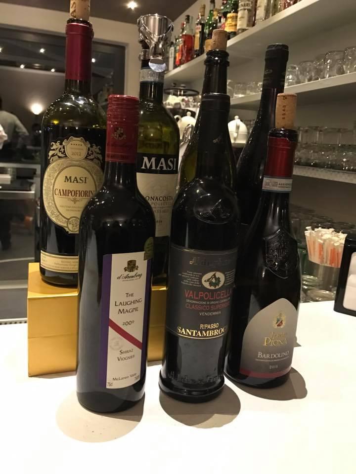 Diverse bottiglie di vino rosso