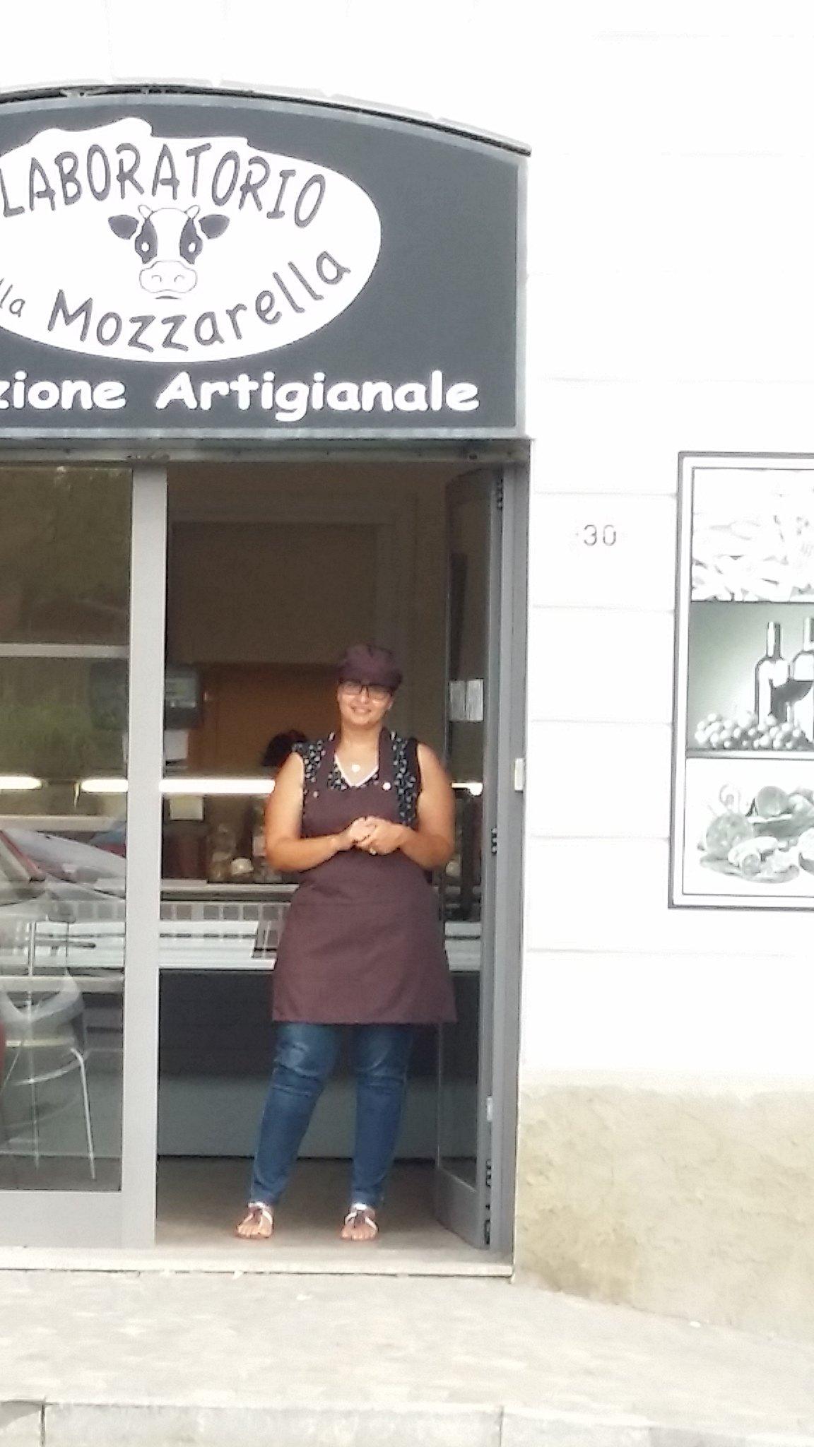 Donna alla porta del Caseificio Il laboratorio della mozzarella a Zibido San Giacomo
