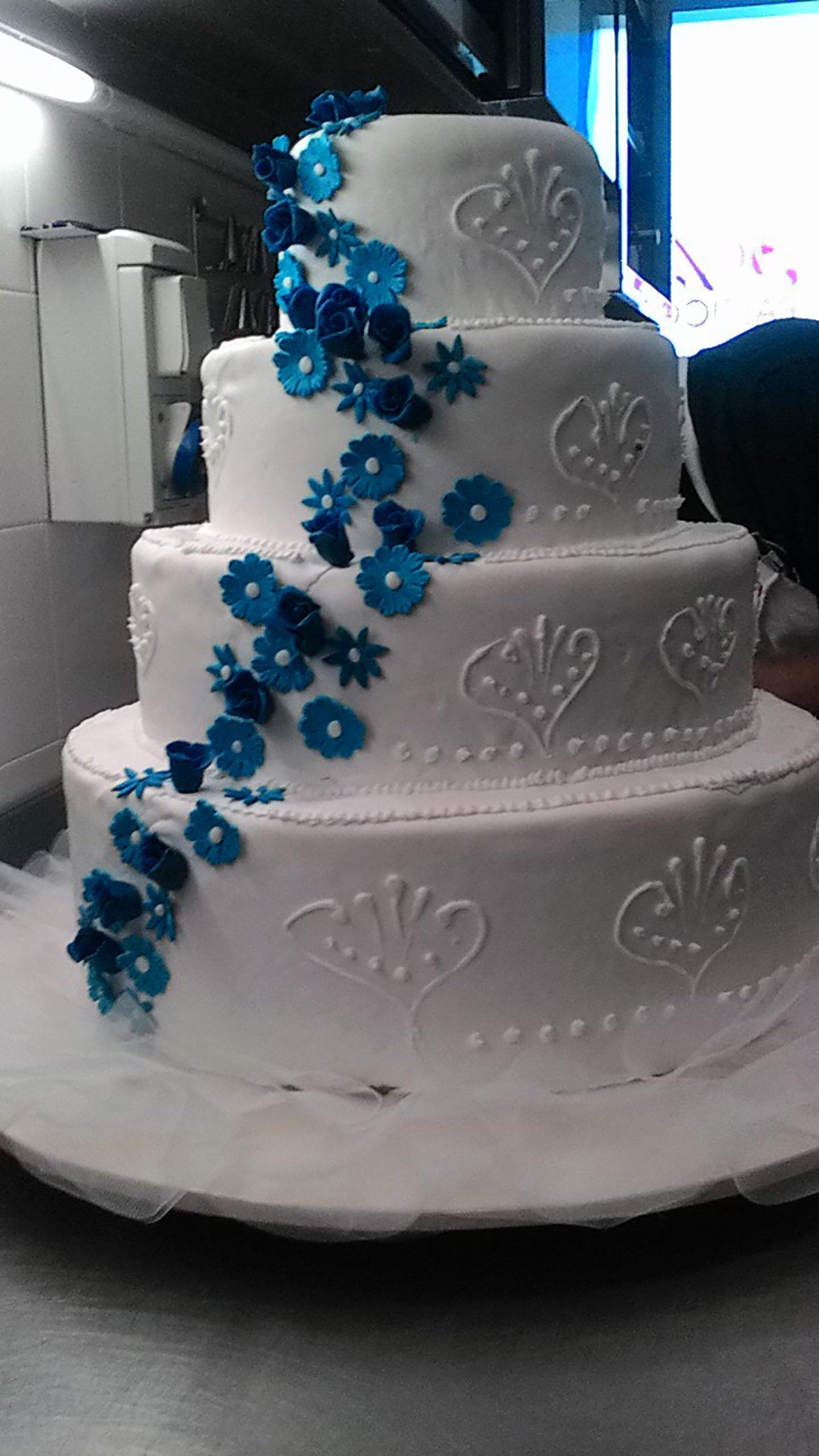 Torte di compleanno con decorazioni floreali