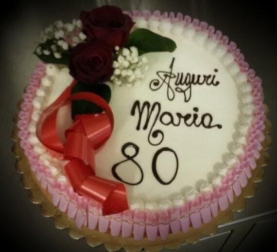Torta di compleanno decorata con rose