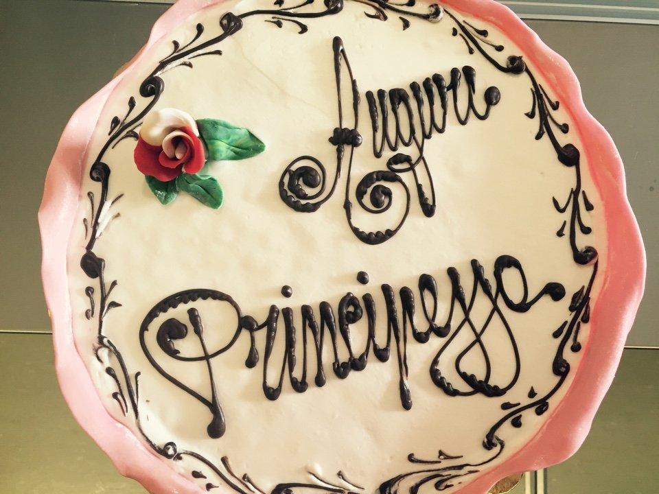 Torta di compleanno con decorazione a mano