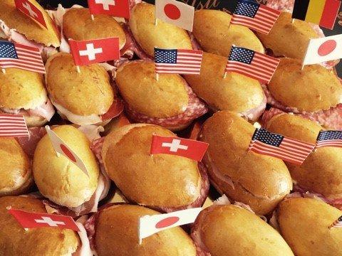 panini con affettati decorati con bandiere di diversi paesi