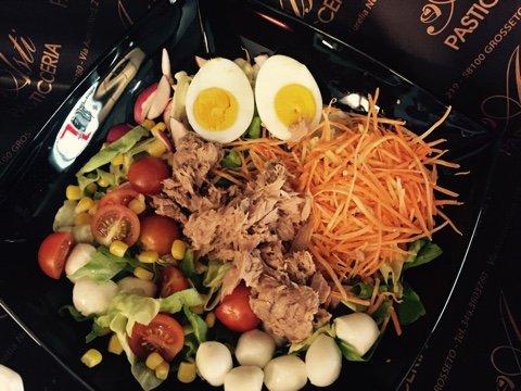 insalata mista con tonno mozzarelle e verdure miste