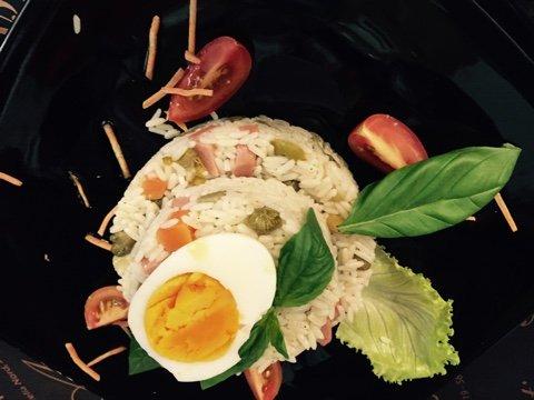 piatto riso con verdure e un uovo sodo