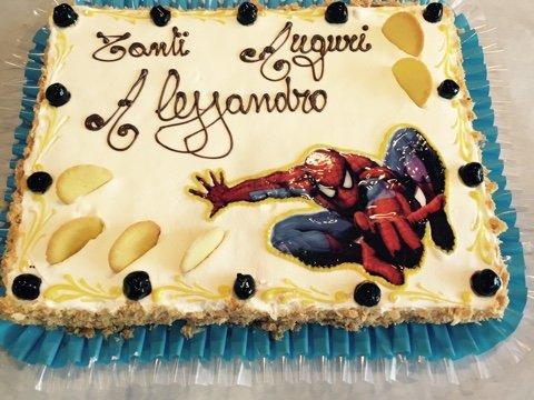 torta con diverse decorazione