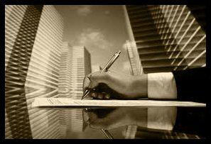 una mano con una penna che scrive su un foglio e vista dei palazzi