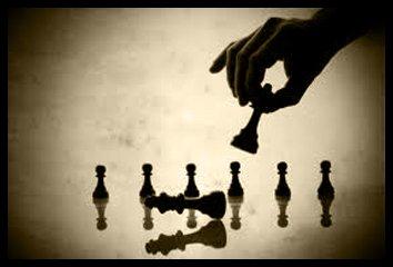 una mano con uno scacco e altri piccoli scacchi