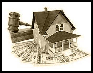 una casa e un martello di legno da giudice