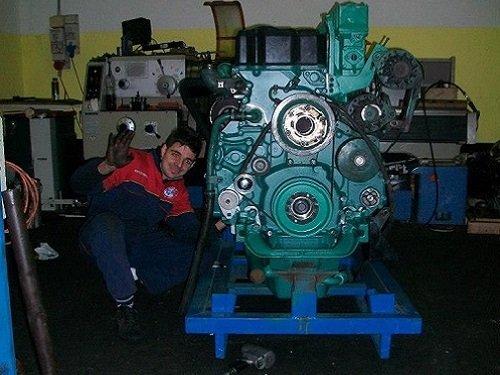 meccanico di fianco a motore di grande automezzo