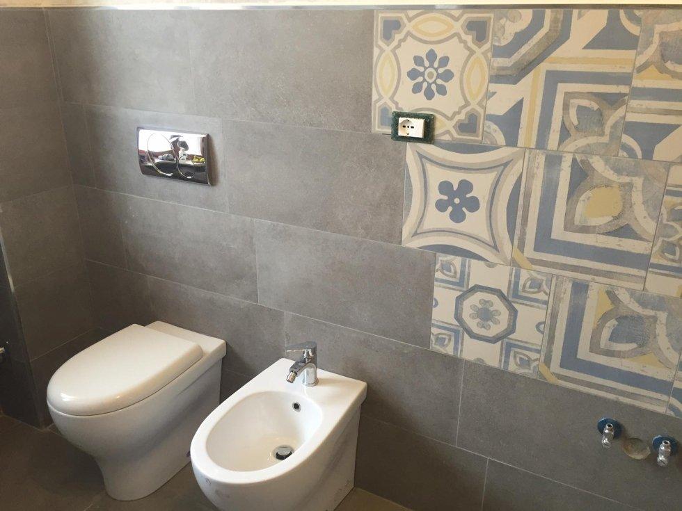 vista frontale di sanitari con decorazione nel muro