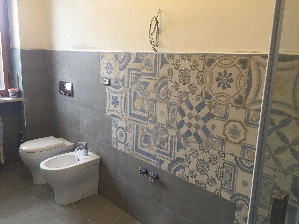 vista angolare di sanitari e muro decorato