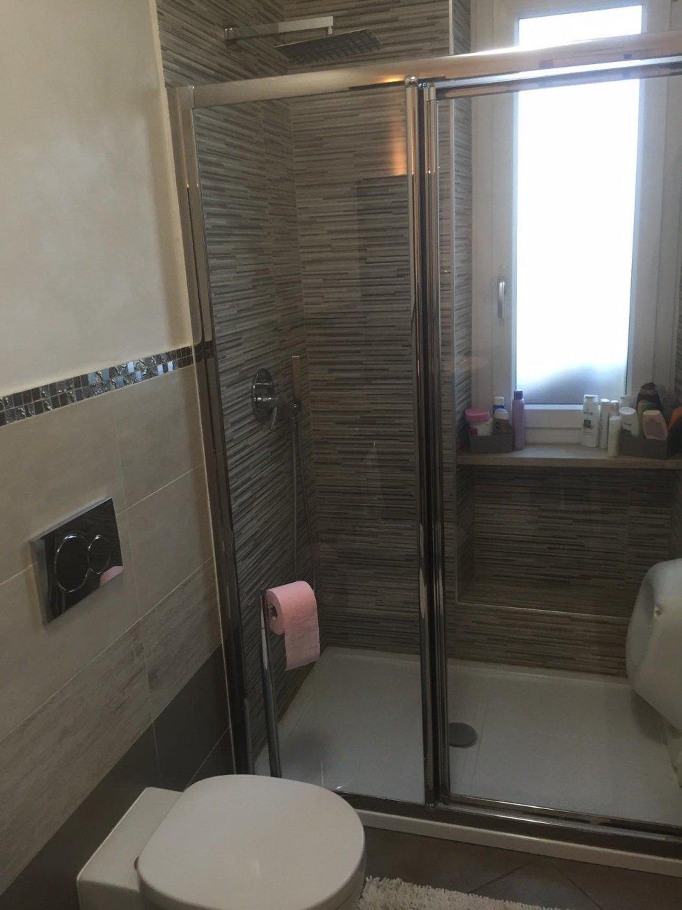 vista frontale di un box doccia