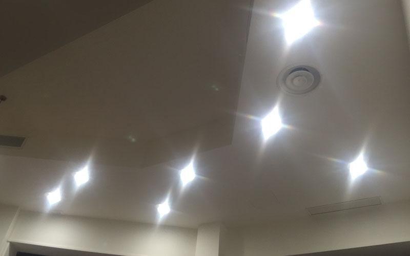 luci riflesse sul muro