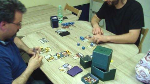 Due ragazzi giocano con carte collezionabili