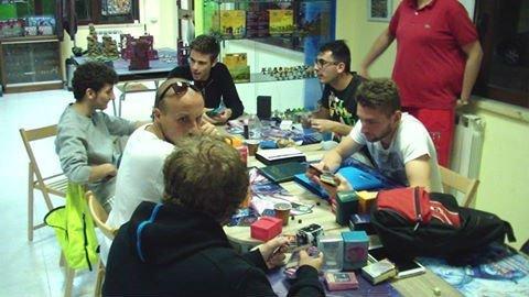 Ragazzi che giocano a Magic The Gathering