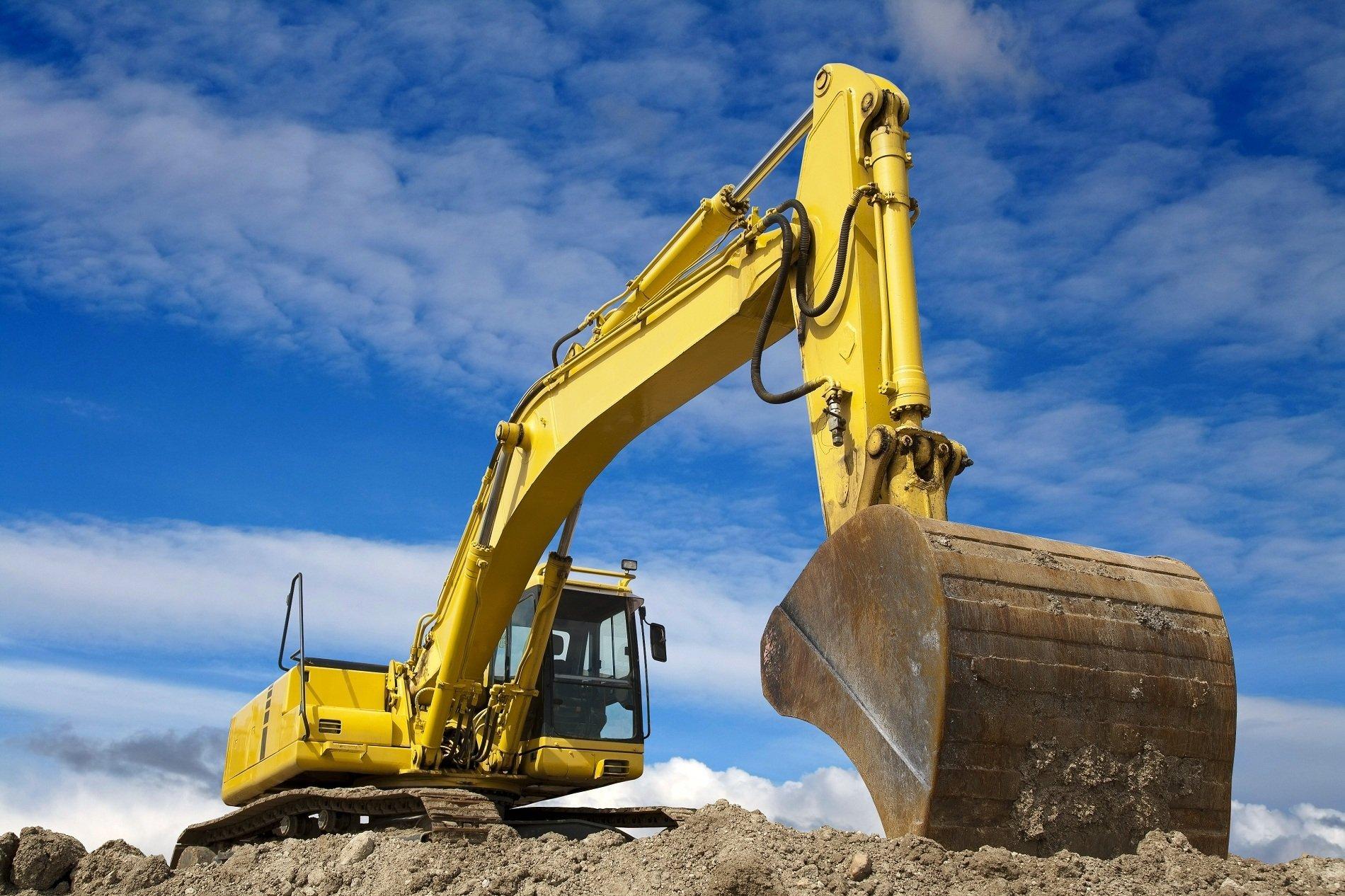 Primo piano della pala della scavatrice gialla