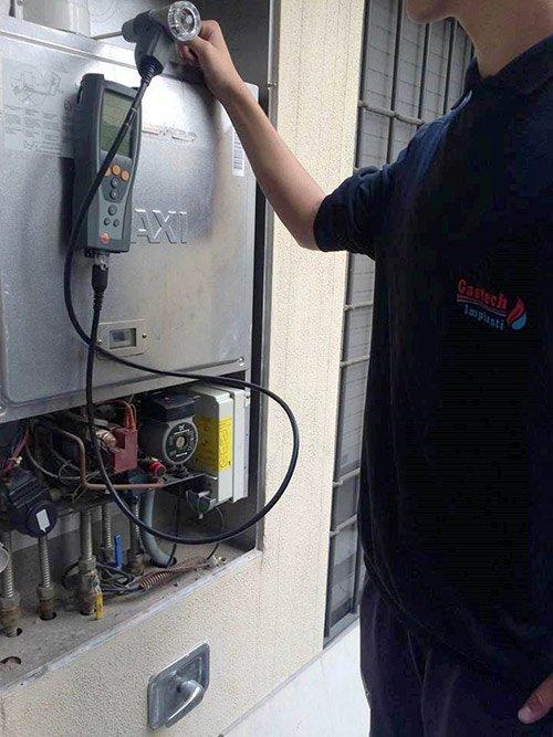 tecnico di manutenzione della caldaia