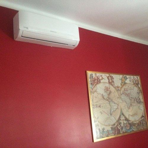 condizionatore d'aria con parete rossa