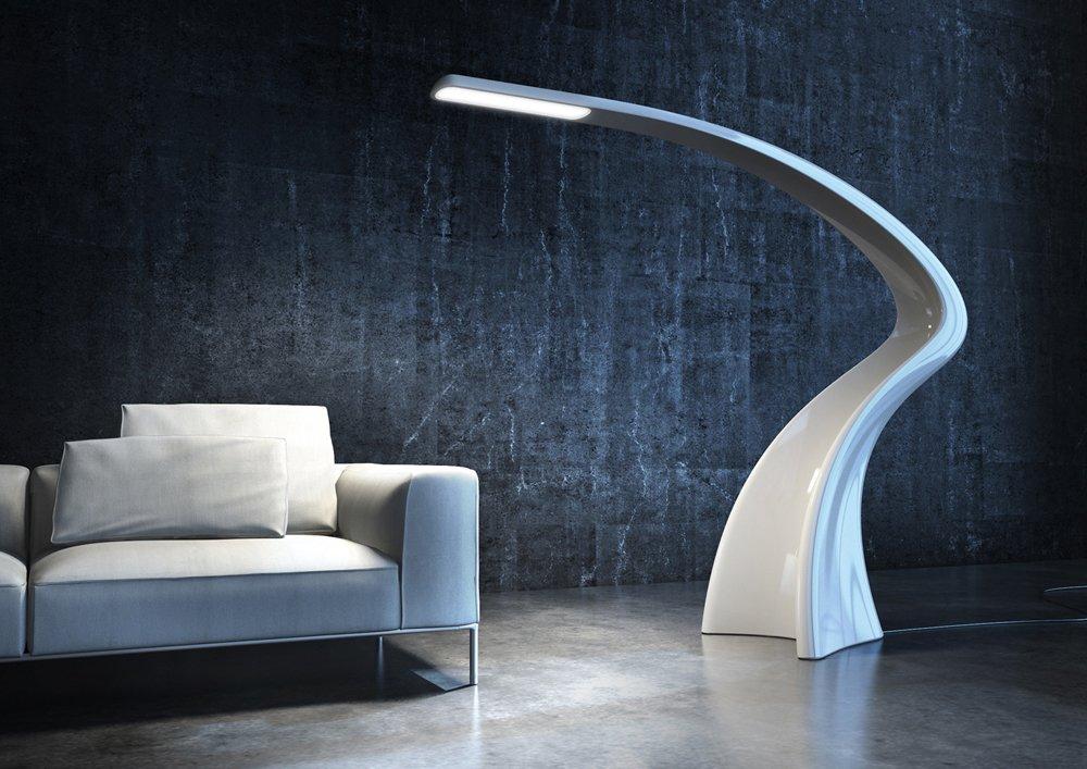 un salotto con due divani bianchi con dei cuscini, un tavolino, una pianta e una lampada da terra