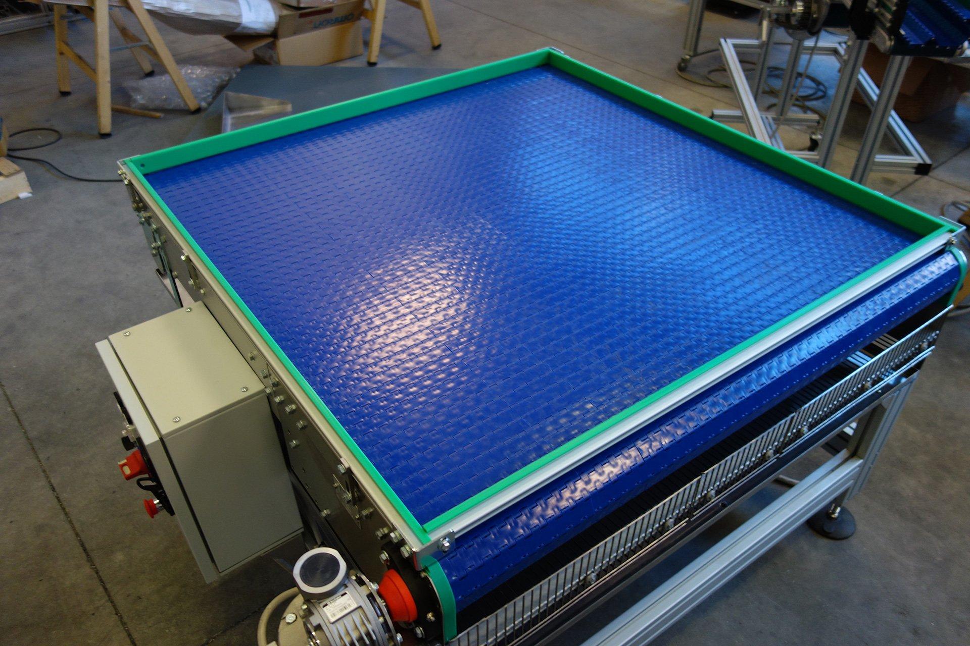 una struttura in acciaio blu di un impianto di automazione