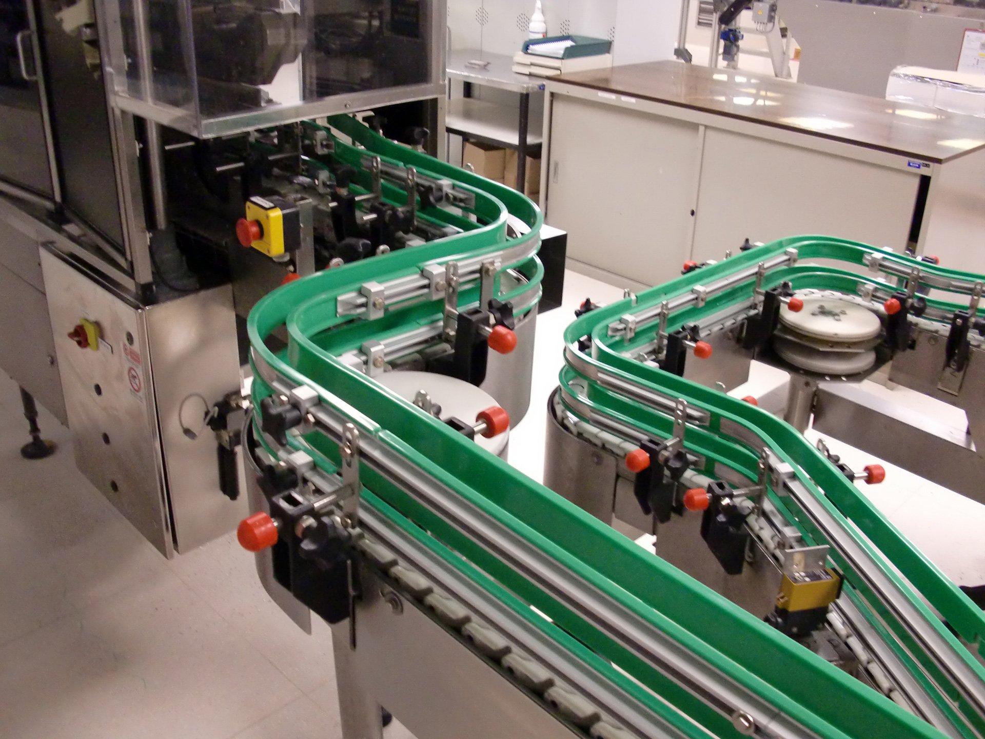 dei componenti in ferro di color verde di un impianto di automazione